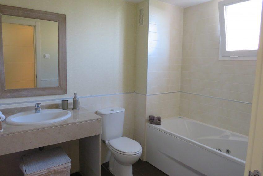 apart-groundfloor-sell-bath-window-alcaidesa-9