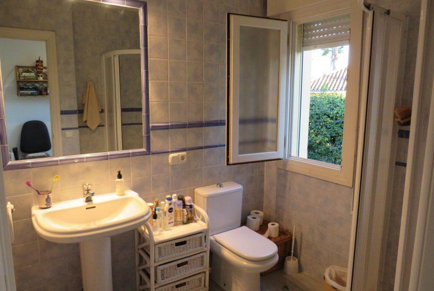 buy-villa-sotogrande-bathroom-view