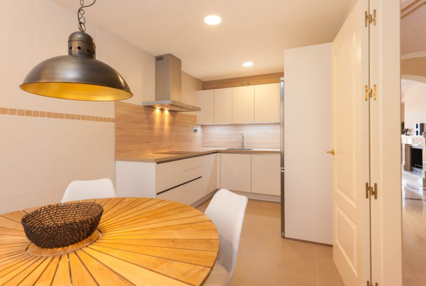 ibergolf-buy-townhouse-golf-seaviews-kitchen-estepona
