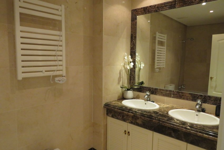 selling-townhouse-in-spain-estepona-spain-bathroom