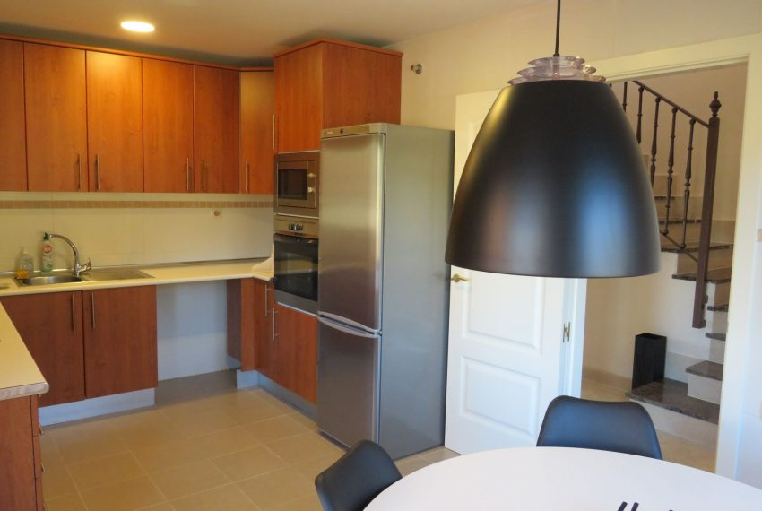 selling-townhouse-in-spain-estepona-spain-kitchen-view