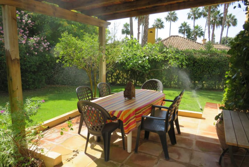 villa-to-buy-sotogrande-all-bedrooms-in-one-floor-terrace-dinning-big-table