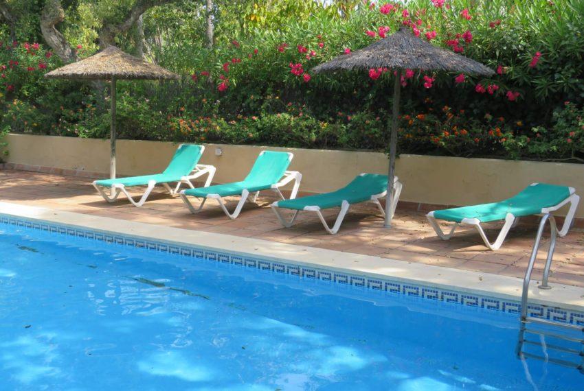 villa-to-buy-sotogrande-all-bedrooms-in-one-floor-terrace-loungers