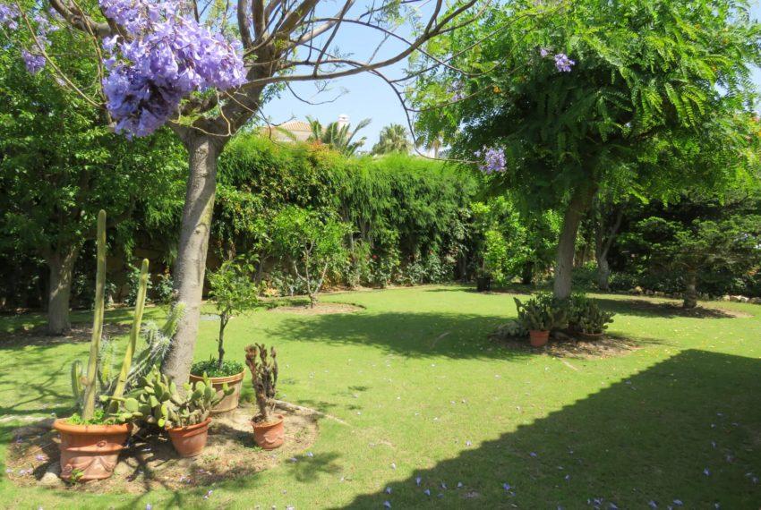 Duquesa-villa-to-buy-wiht-stunning-sea-golf-views-private-garden-entrance-back-garden-2