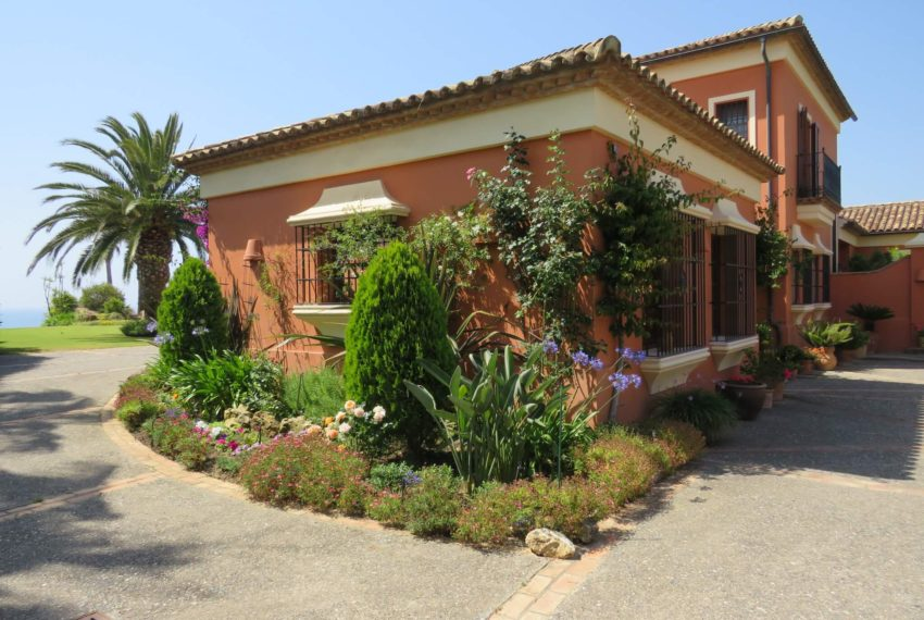 Duquesa-villa-to-buy-wiht-stunning-sea-golf-views-private-garden-entrance-main-entrance