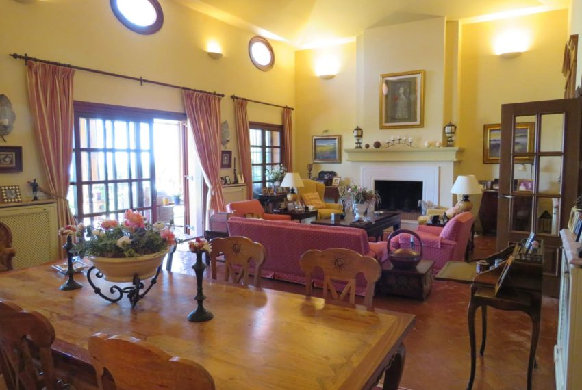 Duquesa-villa-to-buy-wiht-stunning-sea-golf-views-private-garden-entrance-toilets-pool-corner-dining-2
