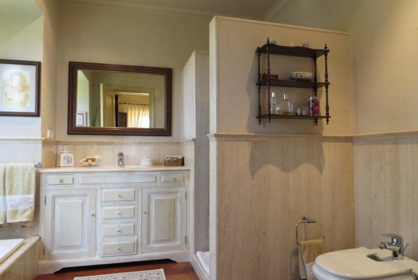 Duquesa-villa-to-buy-wiht-stunning-sea-golf-views-private-garden-entrance-toilets-pool-en-suite-bathroom-right