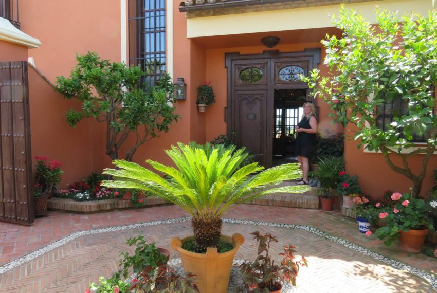 Duquesa-villa-to-buy-wiht-stunning-sea-golf-views-private-garden-entrance-toilets-pool-house-main-entrance