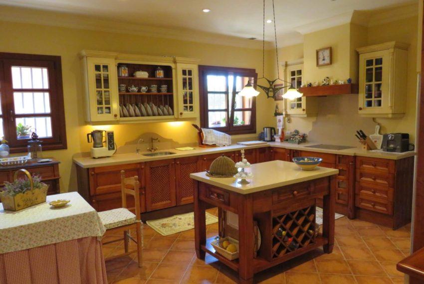 Duquesa-villa-to-buy-wiht-stunning-sea-golf-views-private-garden-entrance-toilets-pool-kitchen