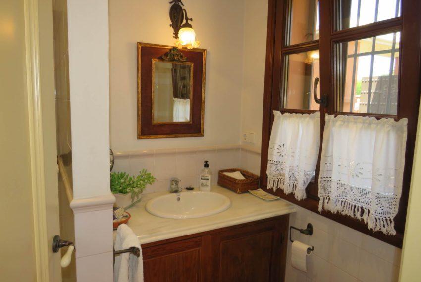 Duquesa-villa-to-buy-wiht-stunning-sea-golf-views-private-garden-entrance-toilets-pool-kitchen-bathroom
