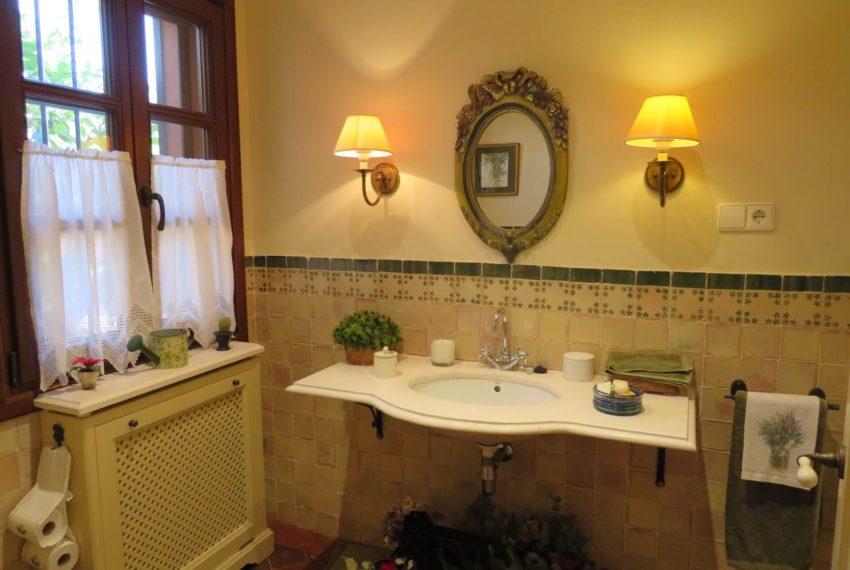 Duquesa-villa-to-buy-wiht-stunning-sea-golf-views-private-garden-entrance-toilets-pool-left-toilet