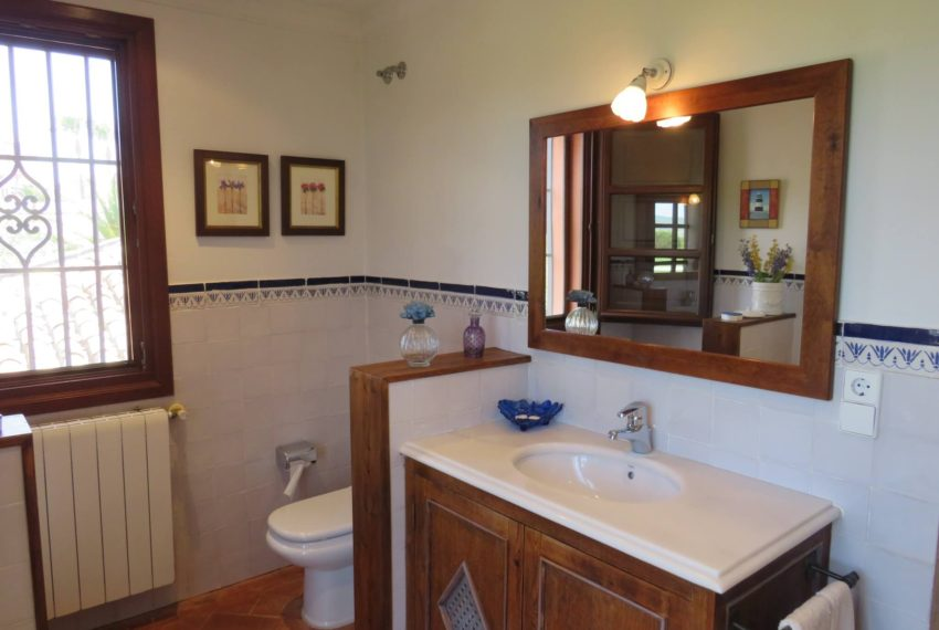 Duquesa-villa-to-buy-wiht-stunning-sea-golf-views-private-garden-entrance-toilets-pool-topbath