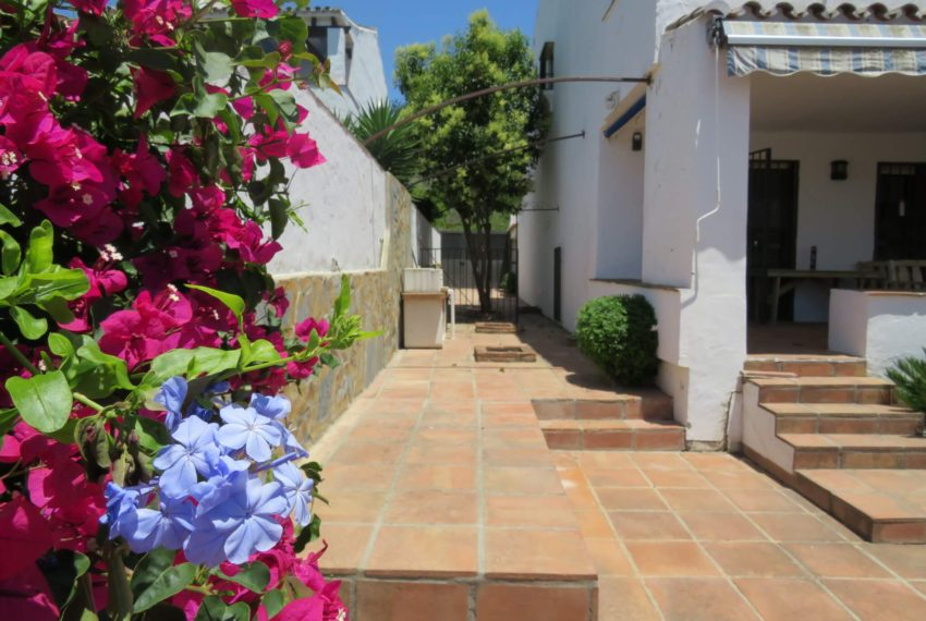 semi-detached-3bedrooms-house-duquesa-area-for-buy-big-terrace-sea-views-basement-manilva-corner-garden