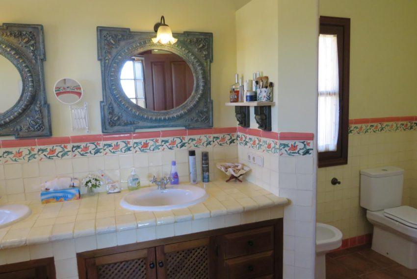 villa-to-buy-duquesa-golf-manilva-spectacular-sea-views-south-orientation-corner-terrace-cream-bathroom
