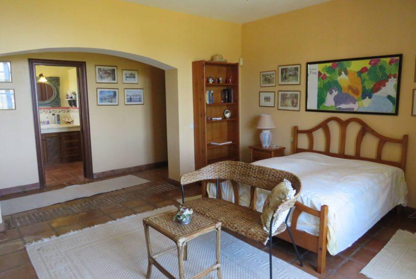 villa-to-buy-duquesa-golf-manilva-spectacular-sea-views-south-orientation-corner-terrace-cream-bed2