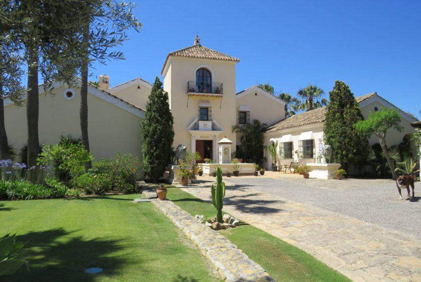 villa-to-buy-duquesa-golf-manilva-spectacular-sea-views-south-orientation-corner-terrace-front-house