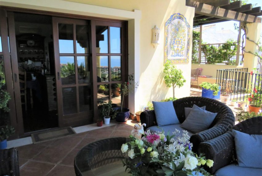 villa-to-buy-duquesa-golf-manilva-spectacular-sea-views-south-orientation-corner-terrace-kitchen