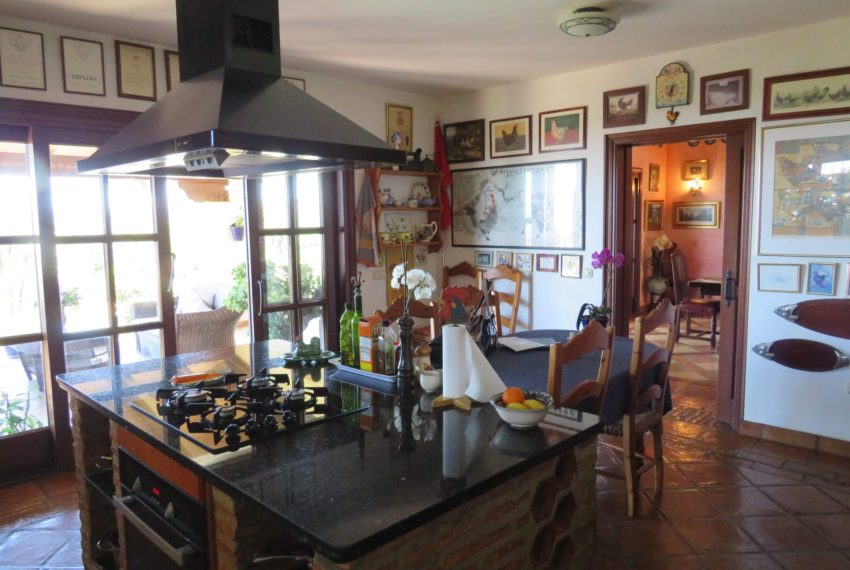 villa-to-buy-duquesa-golf-manilva-spectacular-sea-views-south-orientation-corner-terrace-kitchen-work