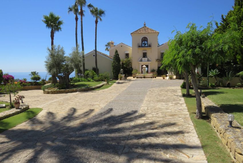 villa-to-buy-duquesa-golf-manilva-spectacular-sea-views-south-orientation-corner-terrace-principal-entrance