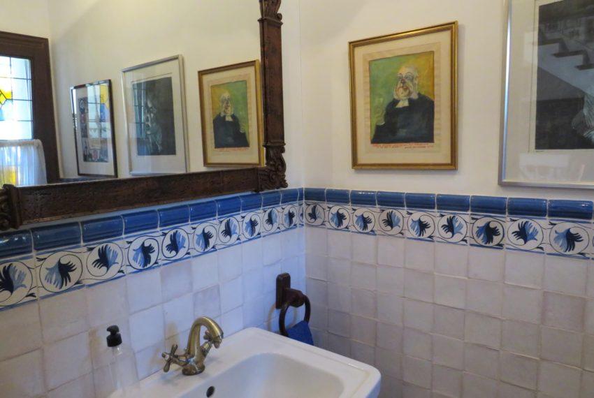 villa-to-buy-duquesa-golf-manilva-spectacular-sea-views-south-orientation-corner-terrace-toilet