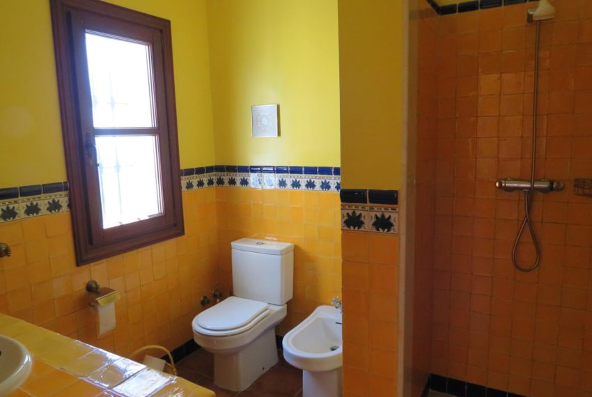 villa-to-buy-duquesa-golf-manilva-spectacular-sea-views-south-orientation-corner-terrace-yellow-bath