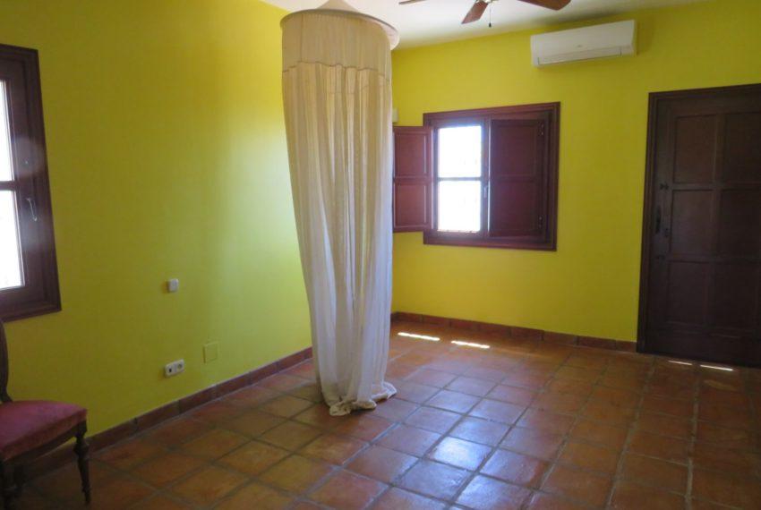 villa-to-buy-duquesa-golf-manilva-spectacular-sea-views-south-orientation-corner-terrace-yellow-bedroom