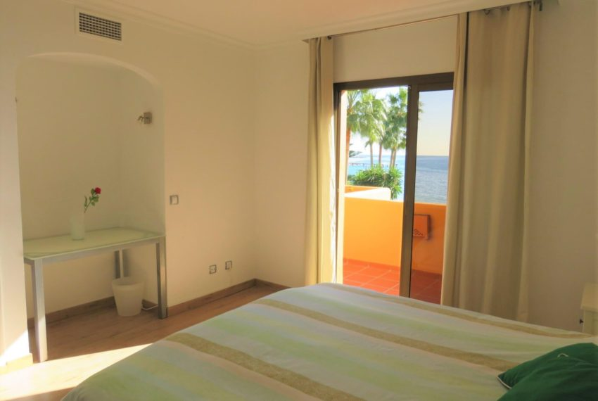 3bedrooms-apartment-buy-sea-views-very-first-line-beach-walking-distance-Estepona-port-corner-main-bedroom