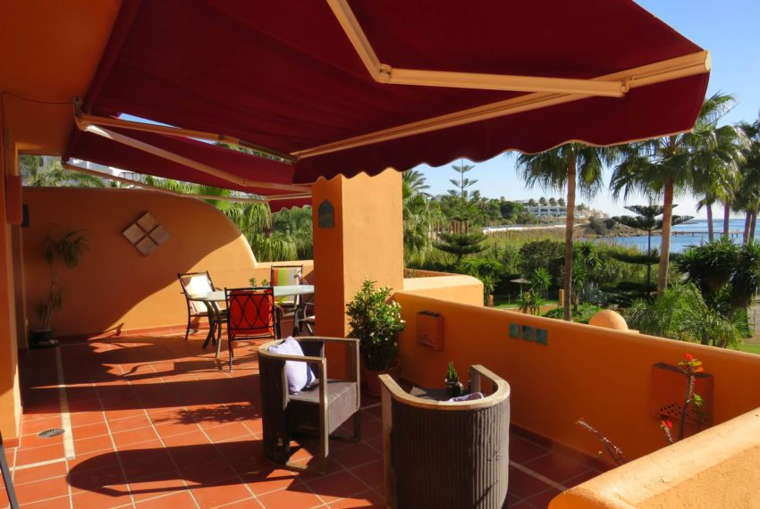 3bedrooms-apartment-buy-sea-views-very-first-line-beach-walking-distance-Estepona-port-terrace-awnings-thrown
