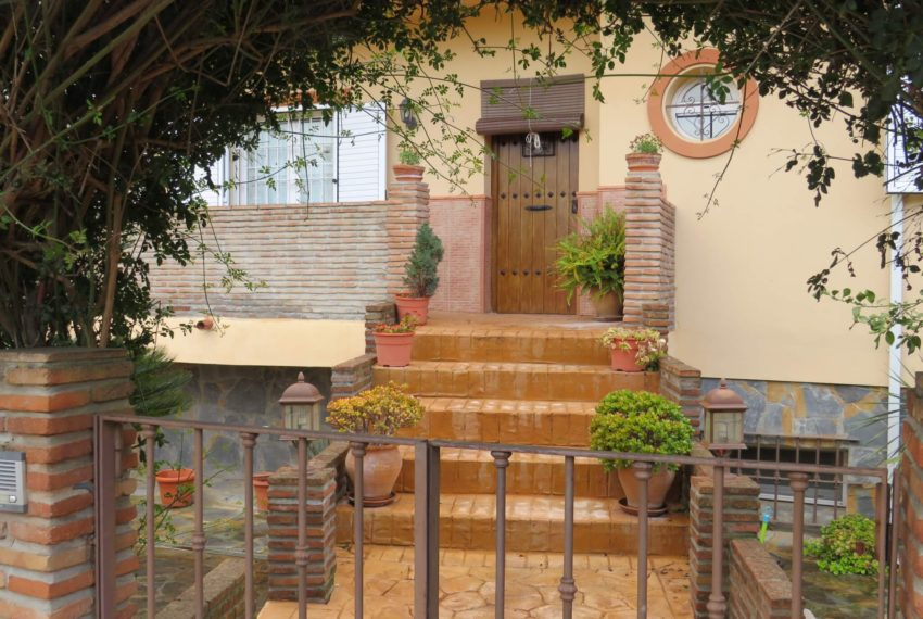 house-sotogrande-buy-spacious-good-quality-underground-parking-place-basement-4bedrooms-entrance