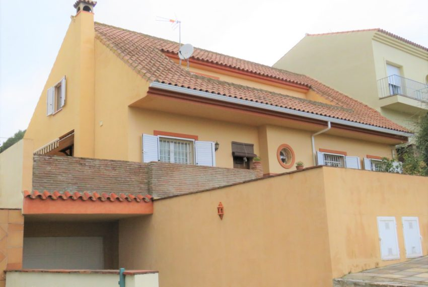house-sotogrande-buy-spacious-good-quality-underground-parking-place-basement-4bedrooms-facade