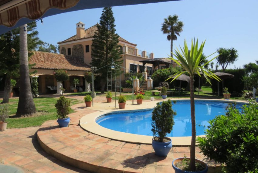 manilva-villa-buy-see-views-graden-terrace-swimming-pool