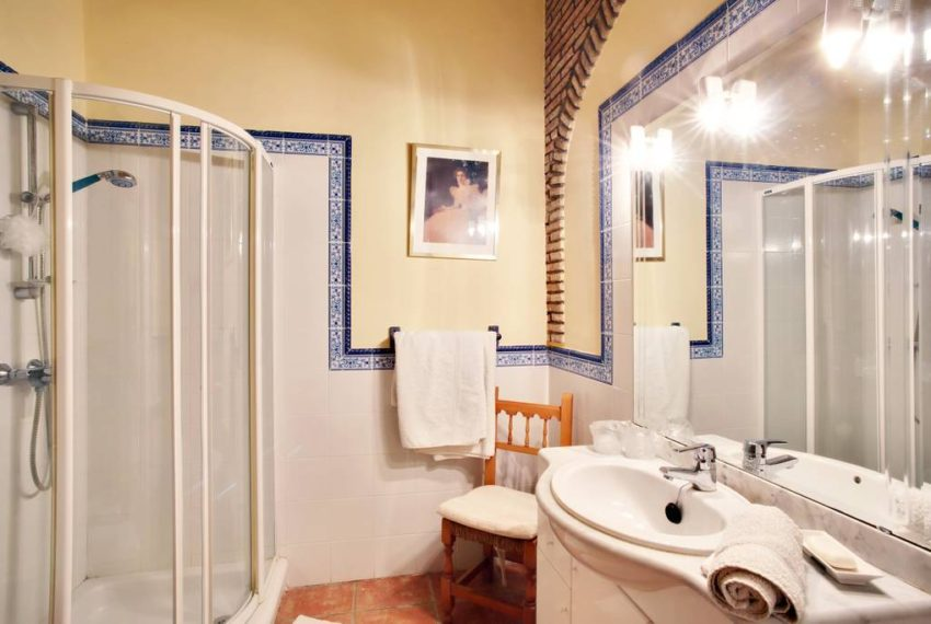manilva-villa-buy-see-views-terace-garden-bathroom-2