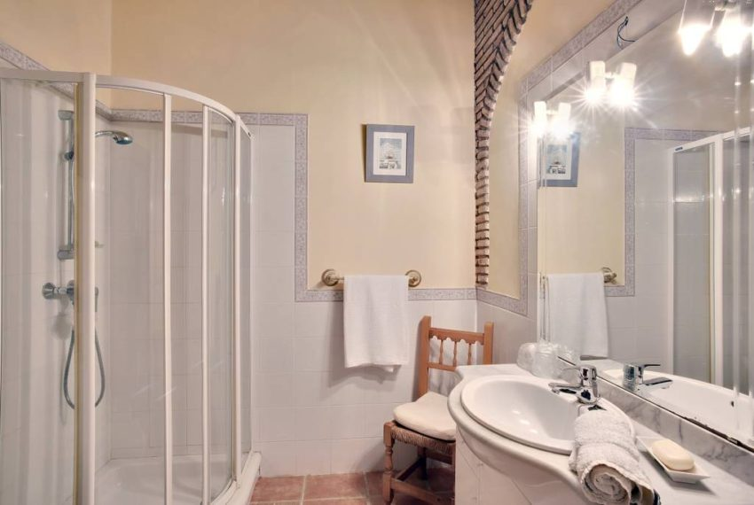 manilva-villa-buy-see-views-terace-garden-bathroom