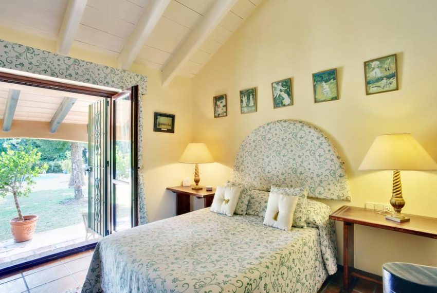 manilva-villa-buy-see-views-terace-garden-swimming-pool-bedroom-3