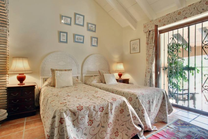 manilva-villa-buy-see-views-terace-garden-swimming-pool-bedroom