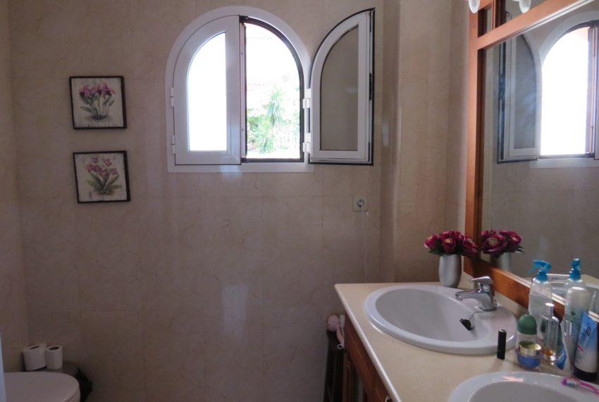 buy-2bedroom-apartment-duquesa-area-sea-views-manilva-main-bathroom
