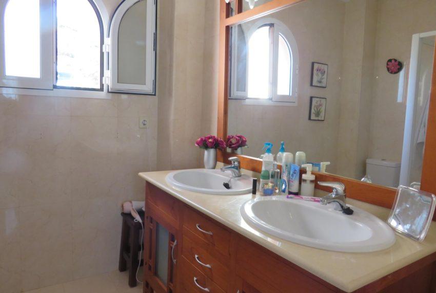 for-sale-apartament-duquesa-2-bedroom-2-bathroom-sea-views-swimming-pool-terrace-parking-leadog-paddle-main-bathroom