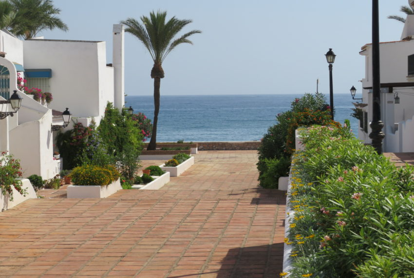 first line beach , duquesa port , 2 bedroms,access to the beach